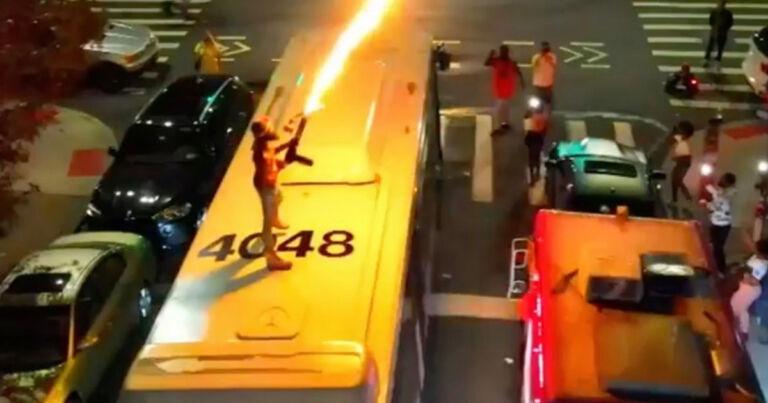 Otobüsün Üstünde Alev Silahı İle Dehşet Saçtı