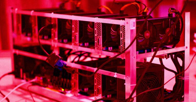 Bitcoin Madencileri Kuleleriyle Tavuk Kümeslerini Isıtıyor